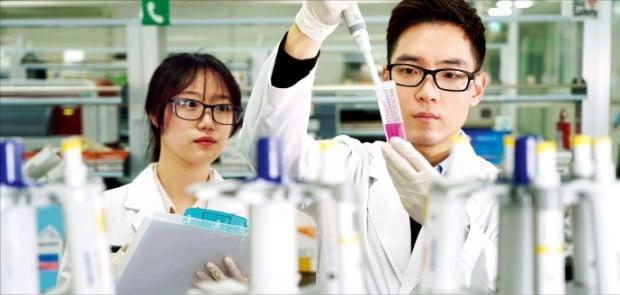 인천 송도 삼성바이오에피스 연구실에서 연구원이 바이오시밀러 제품을 실험하고 있다.  /삼성바이오에피스 제공