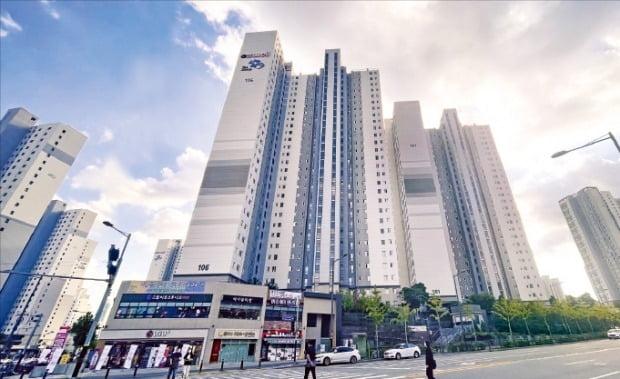 지난 3월 '대출금지선'인 15억원을 넘는 15억5000만원(전용면적 112㎡)에 손바뀜한 충남 천안시 불당동 '천안불당지웰더샵' 아파트.   /이혜인 기자