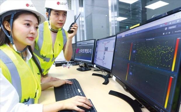 LG유플러스 직원이 LG유플러스 인천 간석운영센터에 설치된 배전반진단 솔루션을 이용하고 있다. /LG유플러스 제공