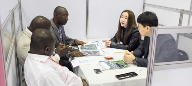 국내 조달기업 관계자가 해외 바이어들과 상담을 벌이고 있다. /조달청 제공