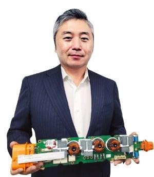 최웅선 인팩 대표가 서울 문정동 본사에서 전기차용 통합 충전 시스템을 소개하고 있다.