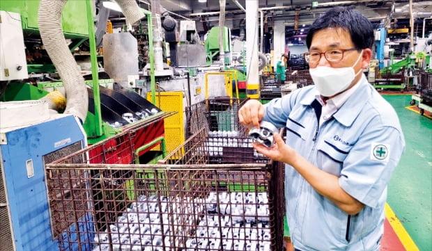 이정근 동양피스톤 사업실장이 경기 안산 공장에서 피스톤 제품의 제조 과정을 설명하고 있다.  이지훈 기자