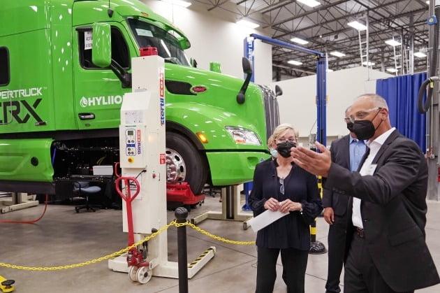 (사진) 제니퍼 그랜홈(왼쪽) 미국 에너지부 장관이 8월 5일 수소 연료전지 등을 개발하는 독일 자동차 부품 업체 FEV의 미국 미시간주 기술개발센터를 둘러보고 있다. /AP연합뉴스