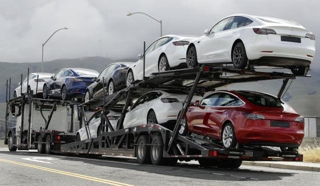 (사진) 테슬라 전기차를 실은 트럭이 미국 캘리포니아주 프리몬트의 테슬라 공장을 벗어나고 있다. /AP 연합뉴스