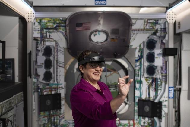 (사진) 셜리 피터슨 록히드마틴 책임연구원이 마이크로소프트(MS)의 증강현실(AR) 글라스 '홀로렌즈2'를 착용하고 우주선 조립을 시연하고 있다. /마이크로소프트 제공