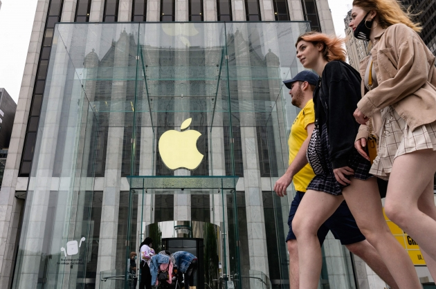 (사진) 미국 뉴욕의 애플 스토어 앞을 걷고 있는 시민들. /AFP 연합뉴스