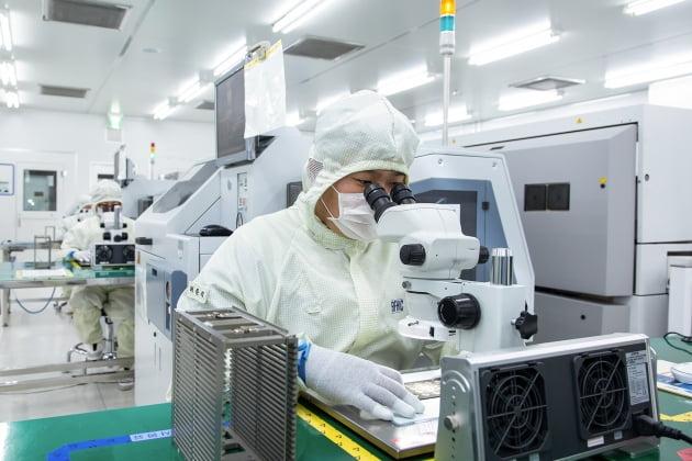 (사진) 삼성전자 협력사인 네트워크 장비 기업 RFHIC 직원이 회로 기판 내부에 반도체 칩을 부착하고 있다. /삼성전자 제공