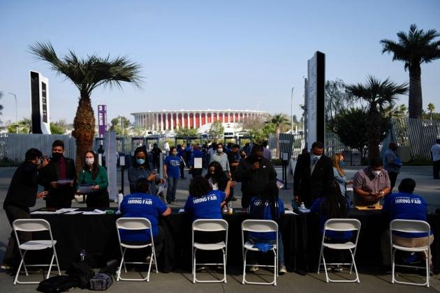 9월 9일(현지시간)  미국 로스앤젤레스 소파이 스타디움에서 열린 LA공항 채용박람회에 참석자들이 모이고 있다.(/연합뉴스)
