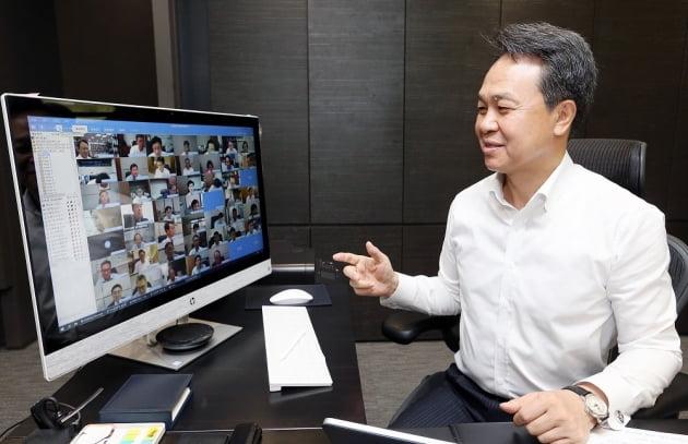 8월 30일 서울시 중구 신한은행 본점에서 화상회의로 진행된 제1차 ESG 경영위원회에 진옥동 신한은행 은행장이 참석하는 모습. /사진=신한은행 제공