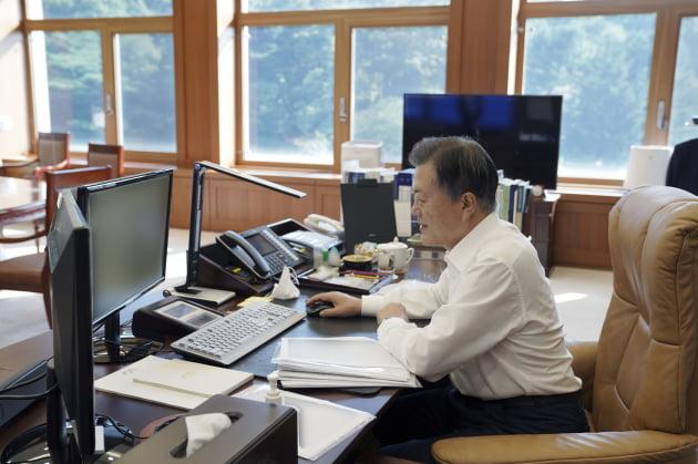 문재인 대통령이 14일 청와대 집무실에서 현대차 캐스퍼의 온라인 사전예약을 하고 있다. 출처: 청와대