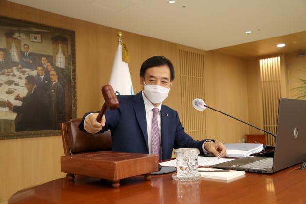 이주열 한국은행 총재가 지난 8월 26일 서울 중구 한국은행에서 열린 본회의에서 의사봉을 두드리고 있다. 출처: 한국은행