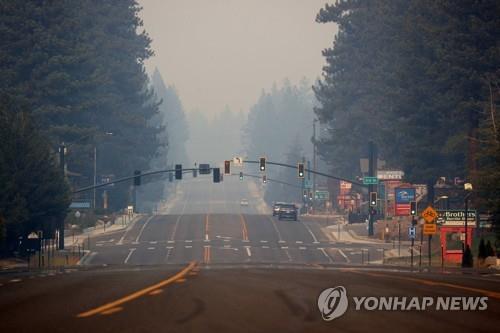 미 캘리포니아 휴양지 타호, 산불 위기 일단 모면…고비 남아
