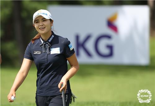 김수지, KLPGA 투어 KG·이데일리 2R도 선두…이가영 1타 차 2위