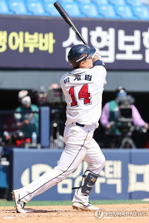 '박계범 만루포' 두산, 6위 점프…SSG 7위 추락