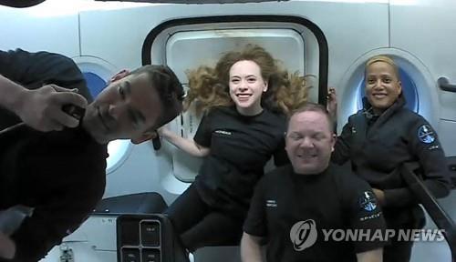 """스페이스X 관광객들, 톰 크루즈에 """"우주 경험 공유합니다"""""""