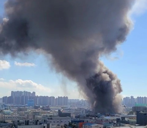 인천 자동차부품 공장서 불…소방당국 진화 중