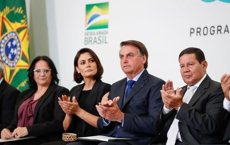 브라질 대통령 부인, 미국서 코로나 백신 접종…정치권 '발칵'