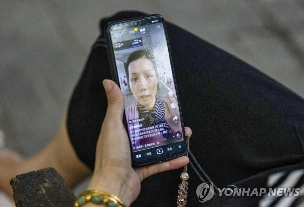 """中 청소년 SNS도 규제…""""14세 이하 하루 40분 허용"""""""