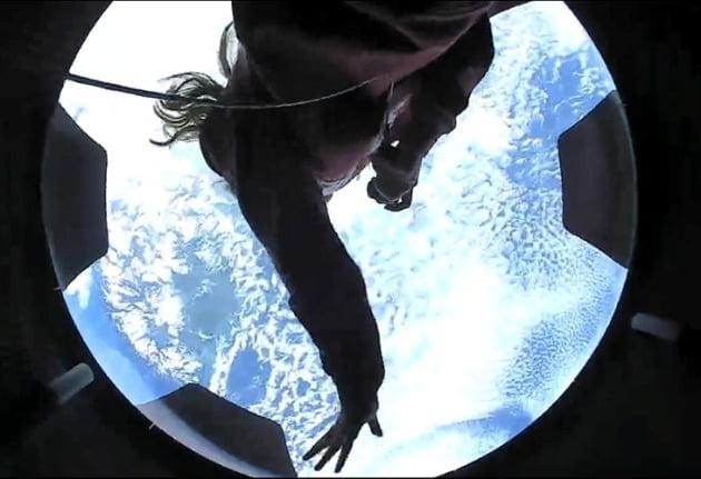 스페이스X의 우주관광 프로젝트인 인스퍼레이션4에 참여한 민간 우주인들은 첫날 지구를 15번 선회하면서 투명 돔으로 지구를 지켜봤다.- 스페이스X