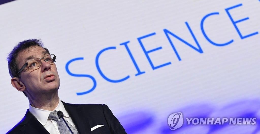 """화이자 CEO """"1년내 일상 복귀…매년 백신 접종 가능성"""""""