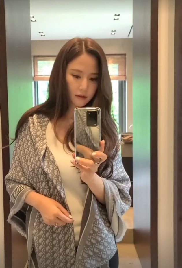 """'금융맨♥' 공현주, 집에 엘리베이터가 있네…명품D사 110만원 숄 두르고 """"구경"""" [TEN★]"""