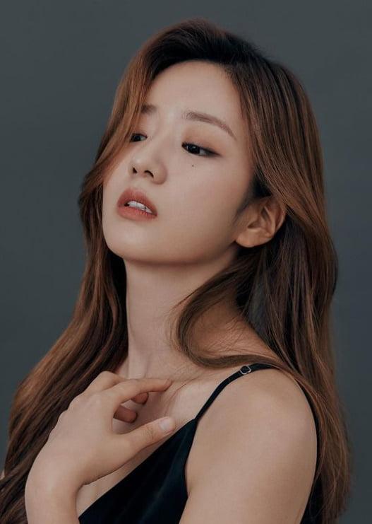 """""""치명적이네""""…에이핑크 윤보미, 빨간 장미를 뺨에 '툭' [TEN★]"""