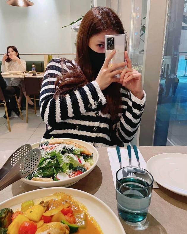 이시영, 명품D사 옷 입고 '♥연매출 25억 사업가' 남편과 데이트 중인가 [TEN★]