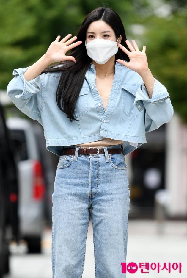 [TEN 포토] 권은비 '양손 흔드는 인형'
