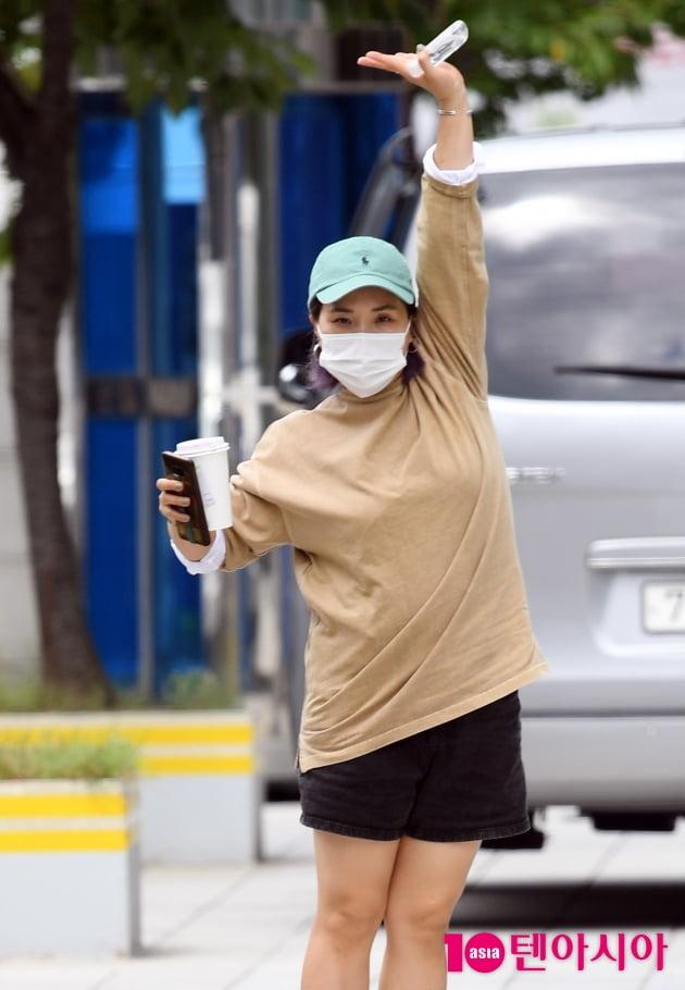 [TEN 포토] 신봉선 '커피한잔 들고 출근길'