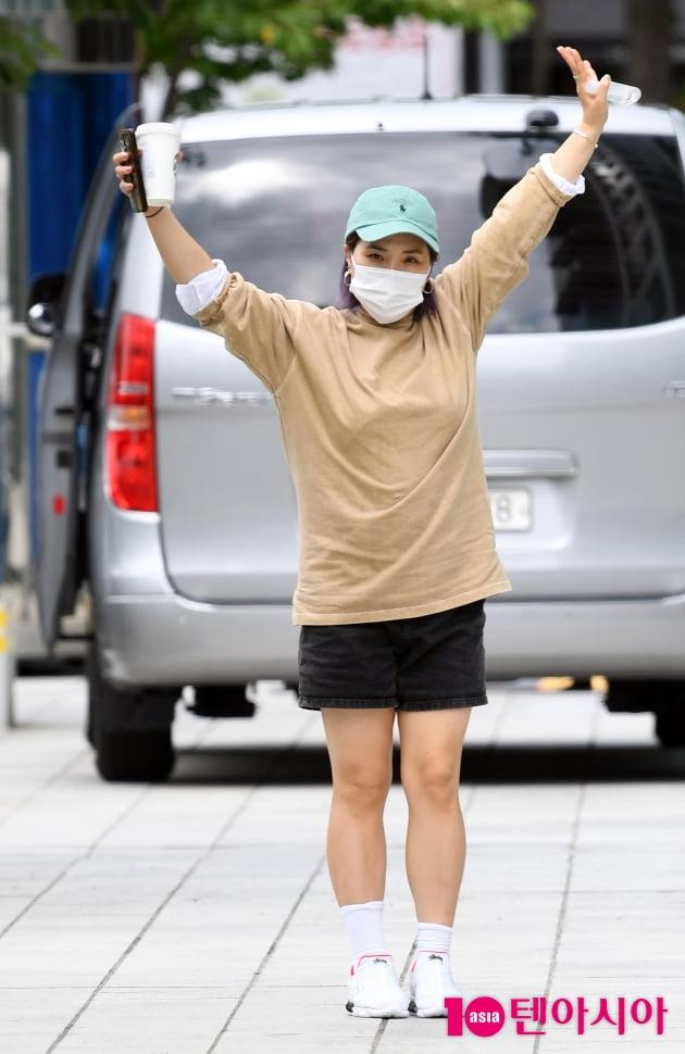 [TEN 포토] 신봉선 '즐거운 출근길 표정'