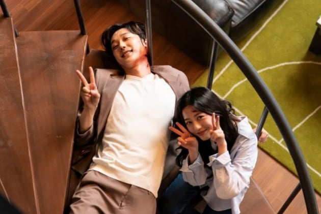 '펜트하우스3' 윤종훈, 피 분장하고 누워서 브이...애교 뽀짝[TEN★]