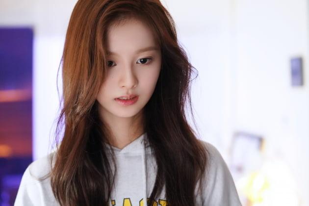 JYP, 2022 新 걸그룹 멤버 설윤 최초 공개…사나·쯔위 닮은 청순 비주얼