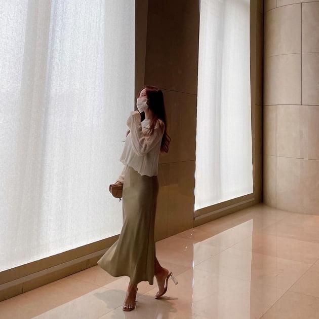 """'박성광♥' 이솔이, 명품C사 반달백 들고 """"콧바람 쐬고파"""" 우아한 워킹 [TEN★]"""