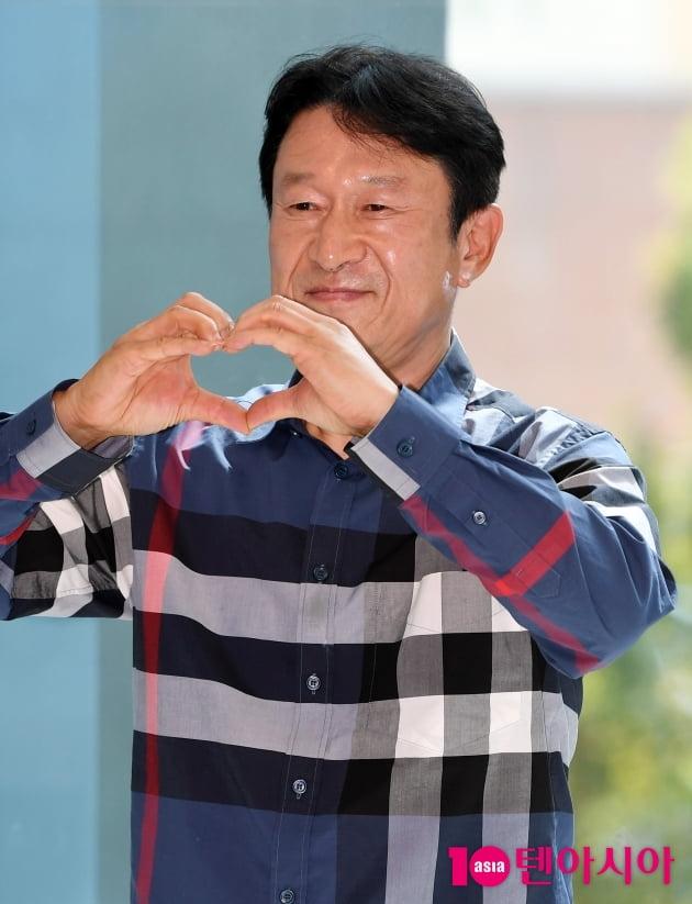 [TEN 포토] 김응수 '담백한 하트'