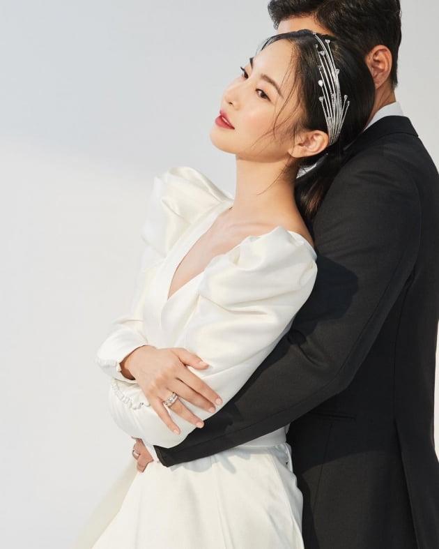 '김영임 예비며느리' 김윤지, ♥5살 연상 남편 듬직하게 생겼네…달달 백허그 [TEN★]