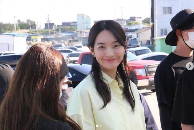 '김우빈♥' 신민아, 뜨거운 햇살아래 핫한 미모...탄성 부르는 이쁨[TEN★]