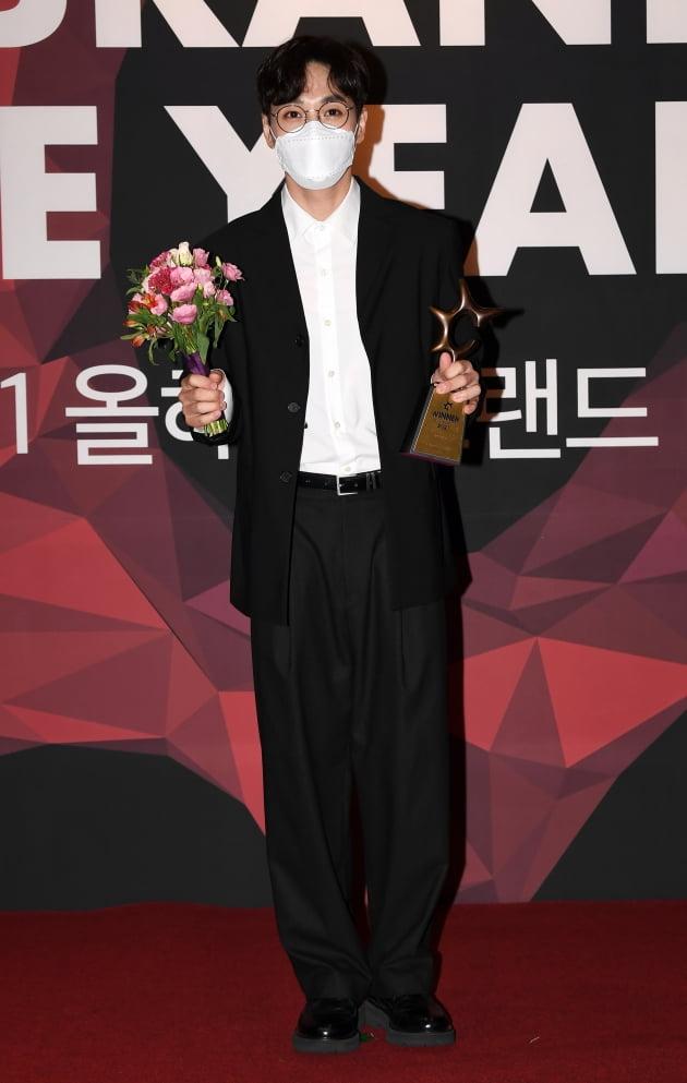 [TEN 포토] SG워너비 이석훈 '올해의 브랜드 대상 남성보컬 수상'