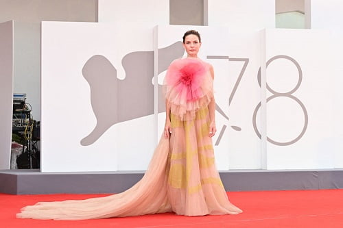 """Swedish actress Rebecca Ferguson arrives for the screening of the film """"Dune"""" presented out of competition on September 3, 2021 during the 78th Venice Film Festival at Venice Lido. (Photo by MIGUEL MEDINA / AFP) (Photo by MIGUEL MEDINA/AFP via Getty Images)"""