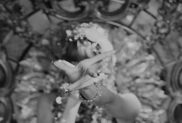 블랙핑크 리사, 힙한 우아美…솔로 데뷔곡 'LALISA' MV 티저 공개