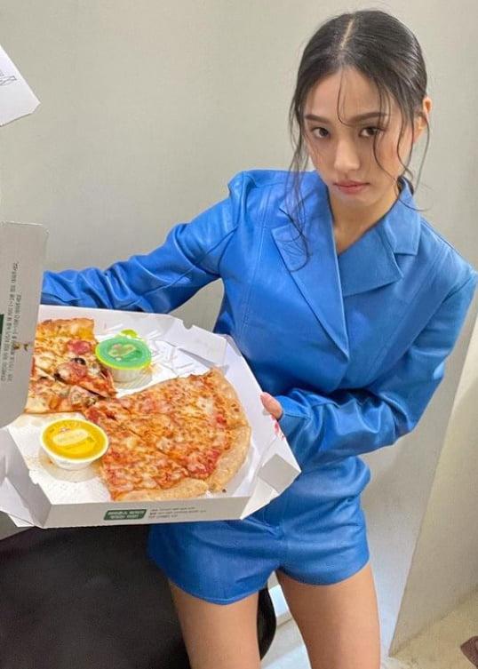 고민시, 피자 좋아해도 날씬합니다…업그레이드 미모 '시선 강탈' [TEN★]