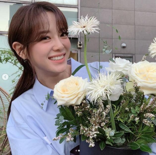 '구구단' 김세정, 하얀장미가 죽는 미모....사랑스러운 눈맞춤[TEN★]