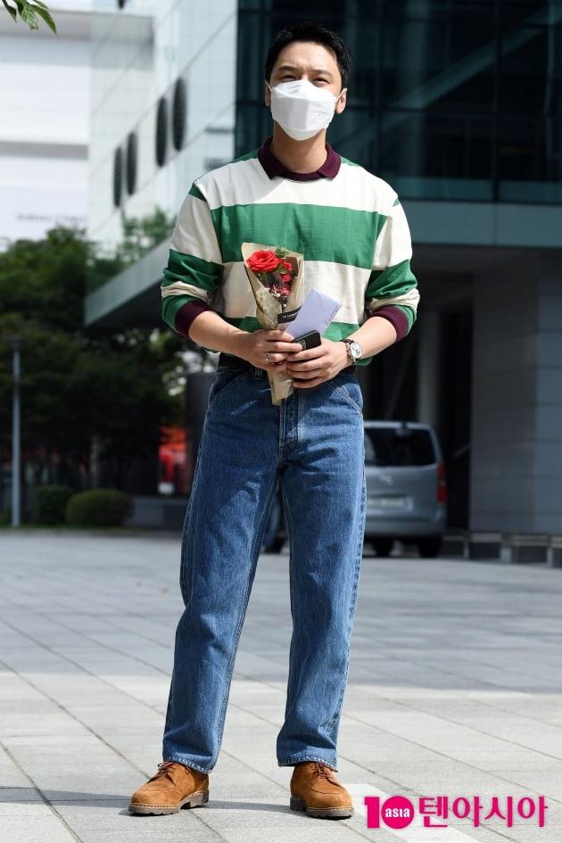 [TEN 포토] 변요한 '꽃을 든 남자'