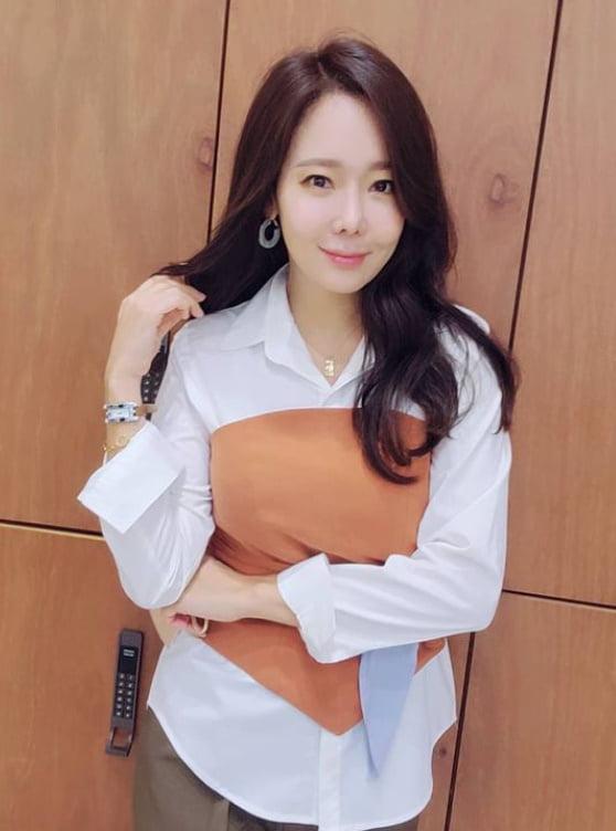 """'백종원♥' 소유진, 뭘 입어도 동안…""""코코넛주스 원샷"""" [TEN★]"""