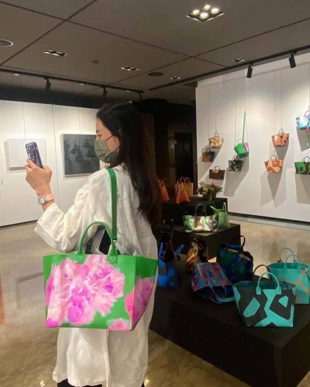 """'차범근 며느리' 한채아, 강남 신사동 갤러리로 가방 쇼핑 말고 전시 구경 """"응원해"""" [TEN★]"""