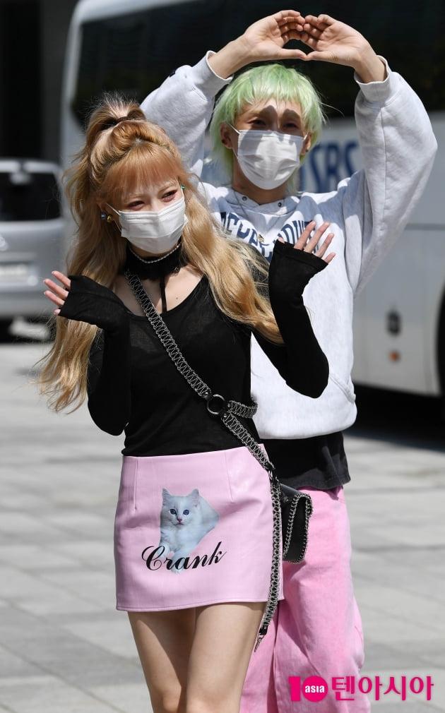 [TEN 포토] 현아-던 '텐션 높이는 인사'
