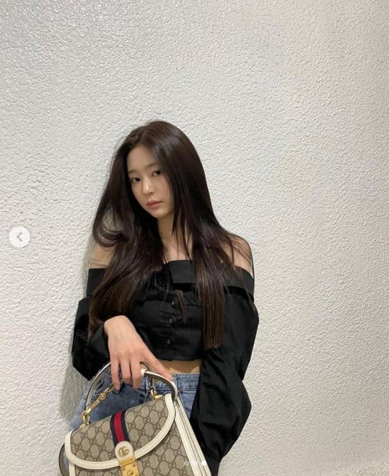 '아이즈원' 김민주, G사 명품백 들고 갸녀린 어깨라인...개미허리[TEN★]