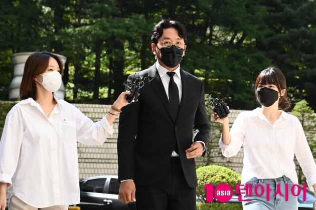[TEN 포토] '프로포폴 불법 투약 혐의' 하정우 '1심 선고공판에 출석'