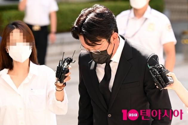 [TEN 포토] '프로포폴 불법 투약 혐의' 하정우 '고개 숙이고 법원으로'