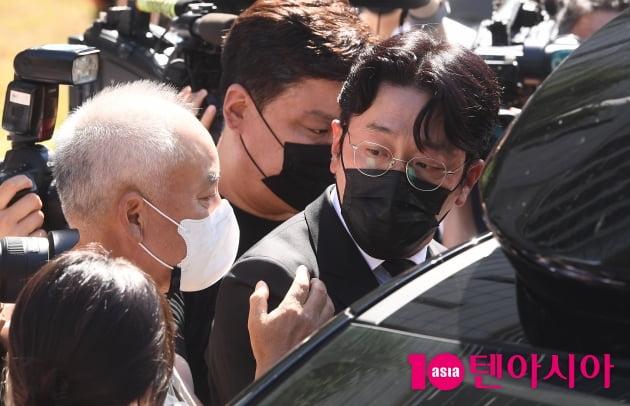 [TEN 포토] '프로포폴 불법 투약 혐의' 하정우 '취재진에 둘러쌓여'