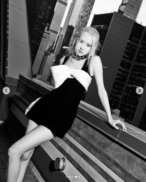블랙핑크 로제, 가슴을 둘러싼 하얀 리본... 흑백에서도 빛난다[TEN★]